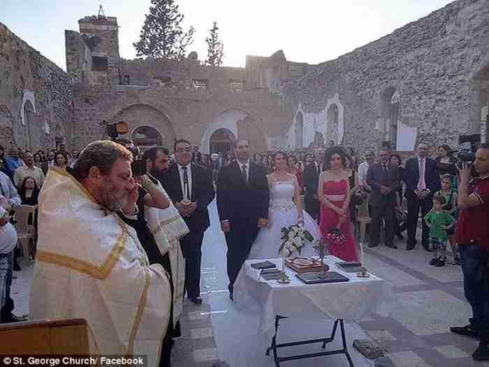 Ο γάμος ενός ζευγαριού στα ερείπια της ορθόδοξης εκκλησίας του Αγίου Γεωργίου στη Συρία.