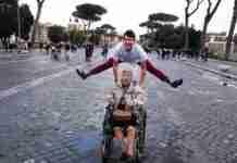 Η 83χρονη γιαγιά του Αντώνη δεν είχε ταξιδέψει εκτός Ελλάδας για μισό αιώνα. Έτσι αποφάσισε να της κάνει μια έκπληξη!