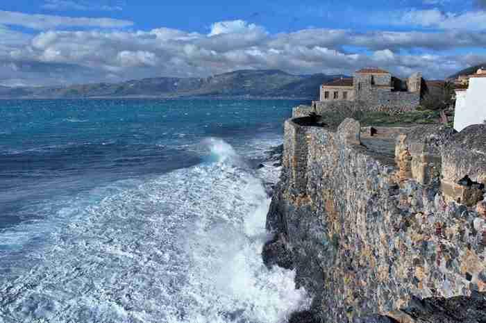 Η ομορφότερη κρυμμένη πόλη του κόσμου είναι Ελληνική. Βρίσκεται σφηνωμένη στις πλαγιές ενός τεράστιου βράχου