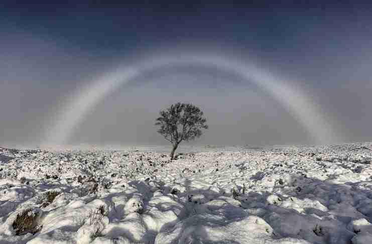 53χρονος φωτογράφισε ένα σπάνιο, λευκό ουράνιο τόξο στον ουρανό της παγωμένης Σκωτίας