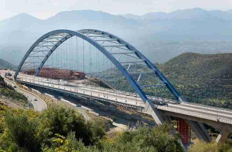 Μια από τις μεγαλύτερες τοξωτές γέφυρες του κόσμου και δεύτερη σε μήκος στην Ελλάδα βρίσκεται στην καρδιά της Πελοποννήσου