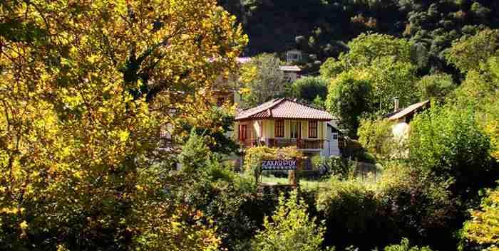 Κόκκινα κεραμίδια ανάμεσα σε αιωνόβια πλατάνια. Γνωρίστε το πιο γραφικό χωριό της Αχαΐας όπου γυρίστηκαν 3 ελληνικές ταινίες
