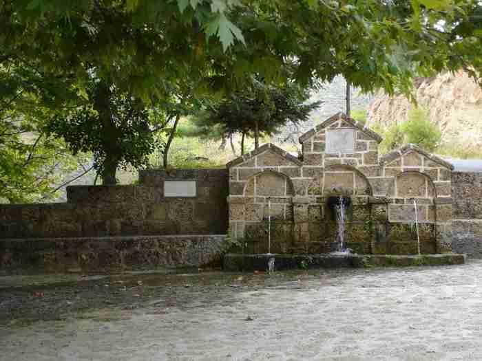 Ένα χωριό αποκάλυψη μόλις 2 ώρες από την Αθήνα! Θεόρατα πλατάνια, λιμνούλες, πέτρινες βρύσες στην αγκαλιά του Μαύρου Όρους!