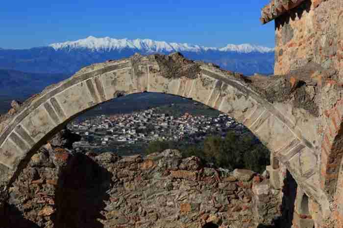 Μια αρχαία πόλη, 30 βυζαντινές εκκλησίες, ένα μεσαιωνικό κάστρο, αιωνόβια πλατάνια και πέτρινα αρχοντικά. Το Ελληνικό χωριό που θα λατρέψεις