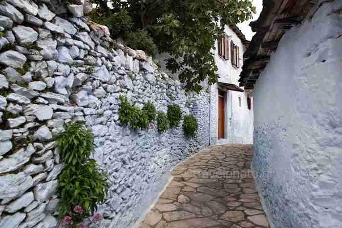 Το πανέμορφο ορεινό χωριό που θυμίζει.. αιγαιοπελαγίτικο νησί. Κατάλευκα σπίτια, μπλε μπαλκόνια και στέγες από σχιστόλιθο