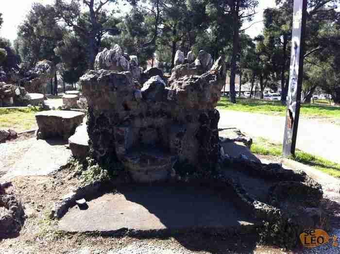 Το πάρκο της χώρας με τα κτίσματα που θυμίζουν.. Γκαουντί! Τα περίεργα σύμβολα και η στοά χωρίς τέλος ενισχύουν το μυστήριο