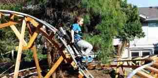 Συνταξιούχος παππούς έφτιαξε στην αυλή του τρία απίθανα τρενάκια λούνα παρκ για να παίζουν τα εγγόνια του!