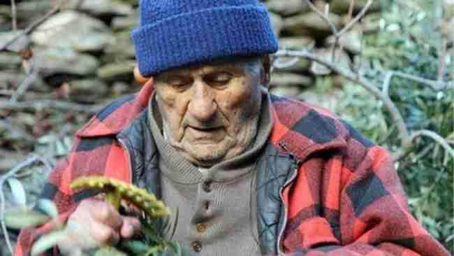 Οι γιατροί του έδιναν 9 μήνες και του πρότειναν χημειοθεραπείες. Αυτός πήγε στην Ικαρία και έζησε μέχρι τα 102!