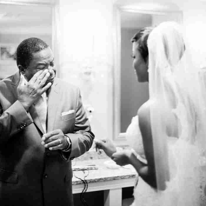 """""""Επειδή αυτός την αγάπησε πρώτος.."""" 25 συγκλονιστικές εικόνες μπαμπάδων που βλέπουν την κόρη τους με το νυφικό"""