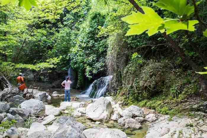 Μόλις 180 χλμ από την Αθήνα υπάρχει ένα άγνωστο μαγικό χωριουδάκι με πηγές, καταρράκτες και βλάστηση που οργιάζει