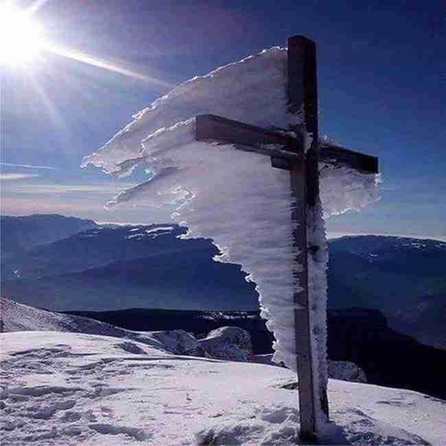 Χιόνια: Η συγκλονιστική φωτογραφία του σταυρού στον Ψηλορείτη που προκαλεί θαυμασμό