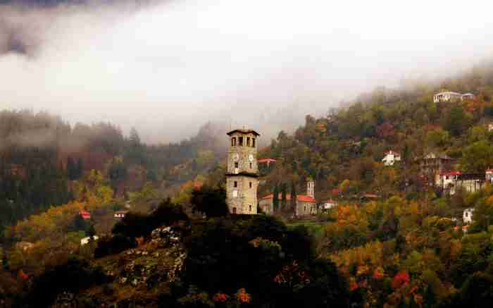 """Το Ελληνικό χωριό που είναι """"πνιγμένο"""" μες τα έλατα. Η υπέροχη Ελληνική φύση στα καλύτερά της!"""