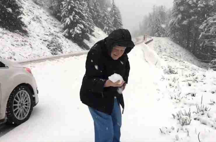 Γυναίκα 101 ετών πηδάει από το αμάξι για να φτιάξει την πρώτη της χιονόμπαλα και η χαρά της δεν περιγράφεται