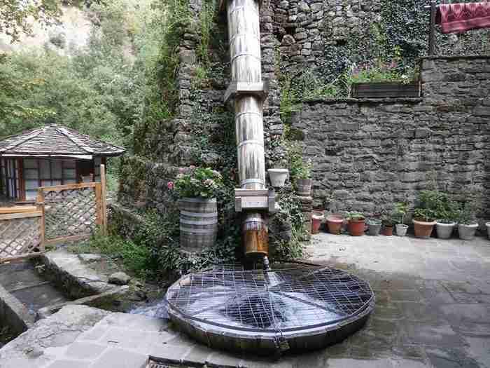 Σε ένα πανέμορφο αλπικό τοπίο βρίσκεται χτισμένο ένα κουκλίστικο χωριό πνιγμένο στα έλατα, τα πεύκα και τις κουμαριές.
