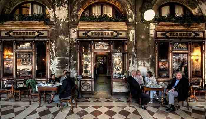 Εκεί που έπιναν τον καφέ τους ο Χέμινγουεϊ, ο Πικάσο, η Σανέλ και ο Αϊνστάιν: Τα ομορφότερα και πιο ιστορικά καφέ της Ευρώπης!