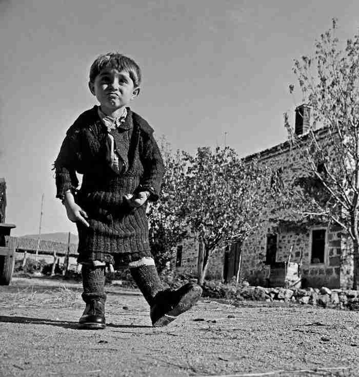 Συγκινητικές εικόνες μιας άλλης Ελλάδας. Η μικρή Ελευθερία μόλις πήρε καινούργια παπούτσια και νιώθει υπέροχα!