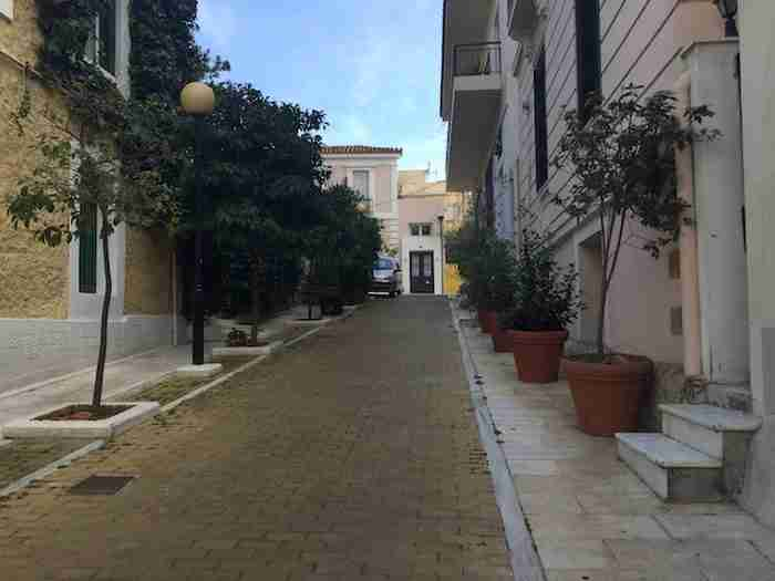 """Η """"Μονμάρτη της Αθήνας"""": Η κουκλίστικη συνοικία των καλλιτεχνών με τα νεοκλασικά αρχιτεκτονικά αριστουργήματα"""