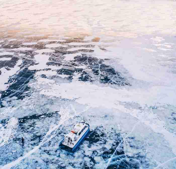 Η παλαιότερη και πιο βαθιά λίμνη του κόσμου πάγωσε. Οι φωτογραφίες είναι μαγευτικές!