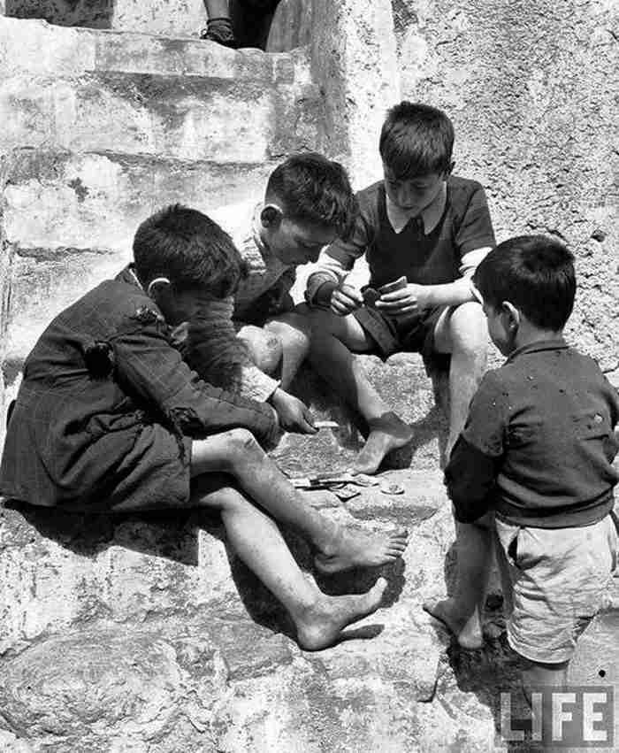17 σπάνιες φωτογραφίες από τότε που τα παιδιά έπαιζαν κρυφτό, βόλους και μακριά γαϊδούρα στις αλάνες