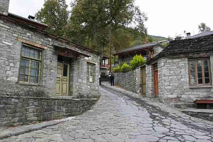 Το κουκλίστικο χωριό όλο πέτρα που βρίσκεται φωλιασμένο μέσα σε ένα χρωματιστό δάσος από έλατα, πεύκα και οξιές