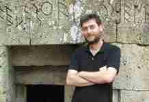 Έλληνας αρχαιολόγος σταμάτησε μια ακόμα αγοραπωλησία κλεμμένου αρχαίου αντικειμένου Την αγοραπωλησία ενός ακόμα αρχαίου αντικειμένου σταμάτησε ο Έλληνας αρχαιολόγος στο Πανεπιστήμιο του Κέιμπριτζ, Χρήστος Τσιρογιάννης. Σύμφωνα με την ιστοσελίδα Ellines.com, η γκαλερί Royal Athena στην Νέα Υόρκη είχε θέση προς πώληση τμήμα μαρμάρινης ρωμαϊκής σαρκοφάγου που αναπαριστά μάχη μεταξύ Ελλήνων και Τρώων. Το αρχαίο αυτό αντικείμενο προερχόταν από την παράνομη συλλογή του Ιταλού αρχαιοκάπηλου Gianfranco Becchina που είχε κατασχεθεί από τις ιταλικές και ελβετικές αρχές. Κάτω από αδιευκρίνιστες συνθήκες, η σαρκοφάγος, που είχε κλαπεί από την Ελλάδα, κατέληξε σε μία από τις μεγαλύτερες γκαλερί αρχαιοτήτων στον κόσμο. Αξίζει να σημειωθεί ότι ο Becchina έχει ήδη καταδικαστεί σε Ιταλία και Ελλάδα για αποδοχή και διακίνηση κλεμμένων αρχαιοτήτων, ενώ δεκάδες αντικείμενα από την συλλογή του έχουν ταυτιστεί και επαναπατριστεί στην Ιταλία και την Ελλάδα. Την ίδια στιγμή, δεν είναι λίγες οι φορές που η γκαλερί Royal Athena έχει αναμειχθεί σε τέτοιου είδους υποθέσεις και στο παρελθόν έχει αναγκαστεί να παραδώσει στις αρχές αρχαία αντικείμενα. Για το περιστατικό έχουν ενημερωθεί η Ελληνική Αστυνομία, η INTERPOL και ο ειδικός εισαγγελέας της Νέας Υόρκης. Υπενθυμίζουμε ότι τον Ιούλιο ο κ. Τσιρογιάννης είχε απασχολήσει για μια ακόμα φορά τις αρχές, όταν σταμάτησε την πώληση ενός μελανόμορφου αμφορέα του 5ου αιώνα πΧ που βρισκόταν στον κατάλογο δημοπρασίας του Οίκου Christie's. Ο Έλληνας Αρχαιολόγος έχει αφιερώσει την ζωή του στην αναζήτηση κλεμμένων αρχαιοτήτων και έχει παρουσιαστεί ουκ ολίγες φορές στην ιστοσελίδα του Πανεπιστημίου του Κέιμπριτζ. Από μουσεία έως γκαλερί -όπως αυτή στην Ελβετία όπου εντόπισε μια μαρμάρινη ταφική λήκυθο- είναι άπειρα τα αρχαία που βρίσκει και εντοπίζει ο διακεκριμένος αυτός επιστήμονας που λάτρευε την Αρχαιολογία από μικρός. Από τότε δηλαδή που οι γονείς του τού έδειξαν ασπρόμαυρες φωτογραφίες από τις εφημερίδες της εποχής (του 1977) -και ο ίδιος δεν ήταν καν