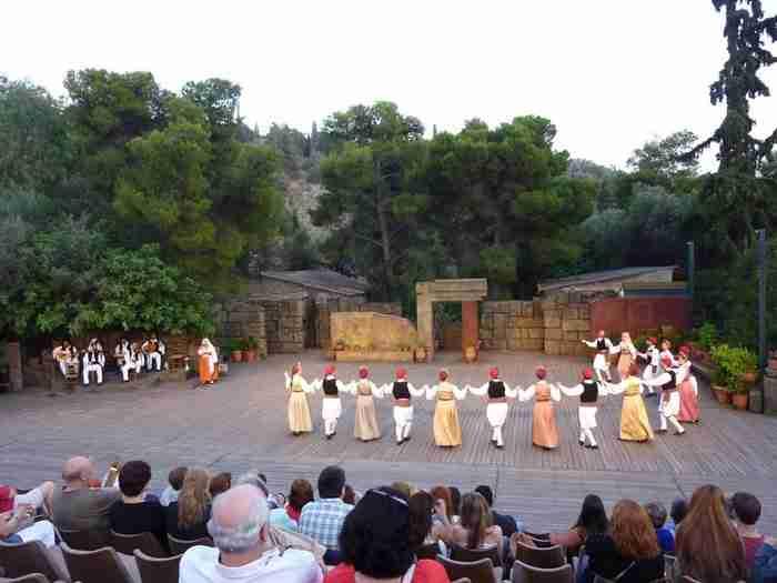 Δόρα Στράτου: Η γυναίκα που διέσωσε τους ελληνικούς παραδοσιακούς χορούς