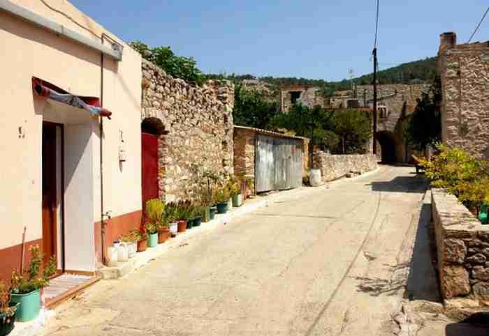 Το υπέροχο ελληνικό χωριό-κάστρο που μοιάζει σαν να ξέμεινε στον Μεσαίωνα.