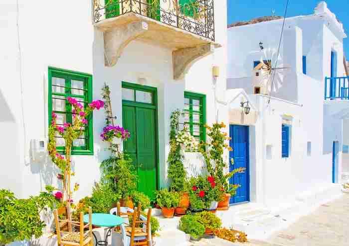 Το πανέμορφο ελληνικό νησί που θεωρείται ένα από τα πιο πολύχρωμα μέρη της Ευρώπης!