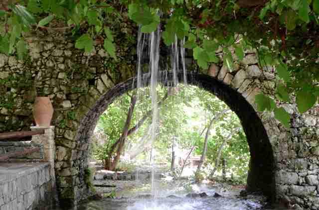 Το άγνωστο ελληνικό χωριό με τους καταρράκτες που οι κάτοικοί του είναι όλοι πετυχημένοι επιχειρηματίες