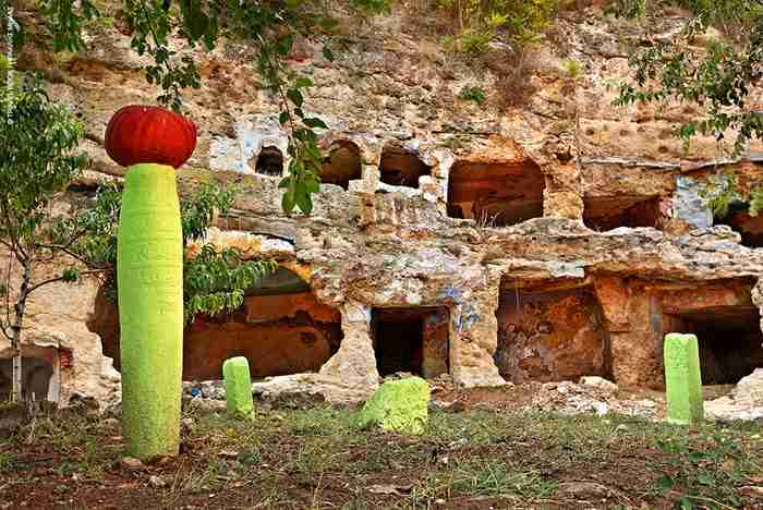 """Η άγνωστη """"Καππαδοκία"""" της Ελλάδας. Ο λόφος με τα υπόσκαφα που διχάζει τους αρχαιολόγους"""