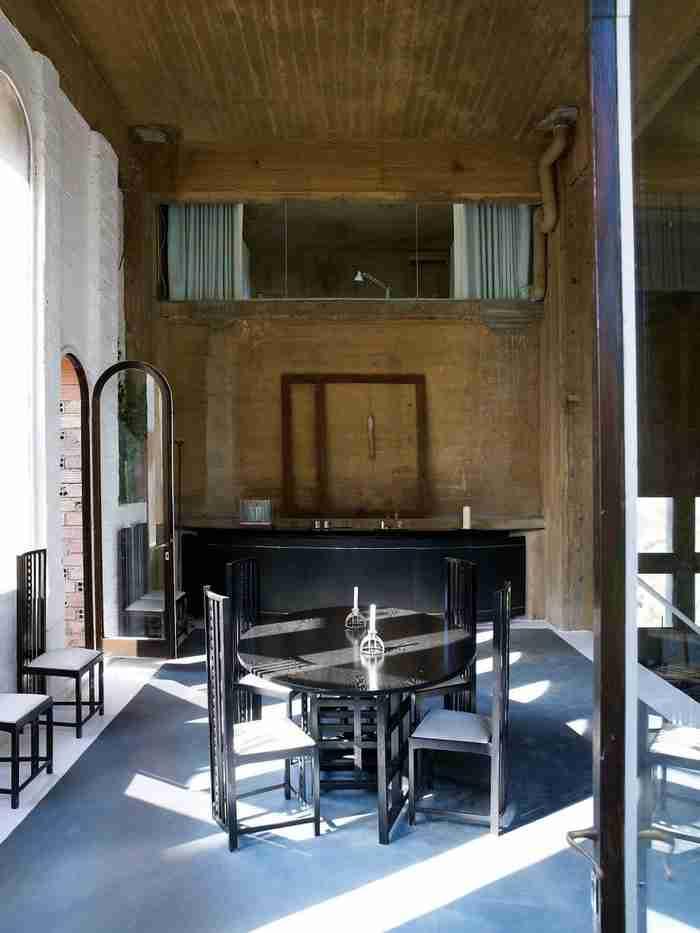 Αρχιτέκτονας μεταμόρφωσε ένα παλιό εργοστάσιο τσιμέντου στο σπίτι των ονείρων του. Απλά δείτε την κουζίνα!