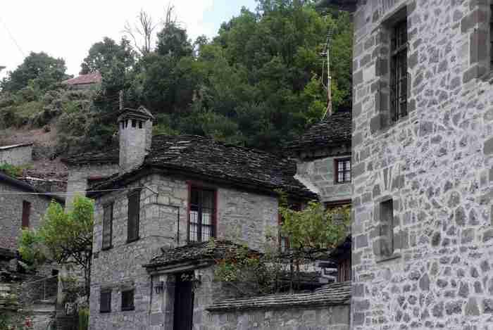Το Ελληνικό χωριό που ο χρόνος έχει σταματήσει δυο αιώνες πριν. Ένα στολίδι αρχιτεκτονικής από πέτρα και ξύλο!