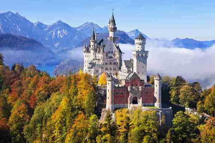 Το παραμυθένιο κάστρο στη Βαυαρία που ενέπνευσε τον Ντίσνεϋ να δημιουργήσει το παλάτι της Ωραίας Κοιμωμένης
