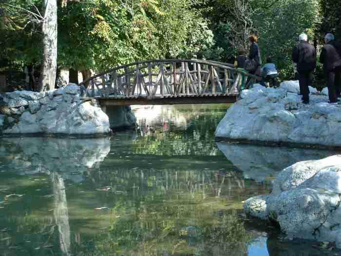 Ο παράδεισος στην καρδιά της Αθήνας: Λίμνες, φυτά, υπεραιωνόβια δέντρα, γεφυράκια και το πρώτο θερμοκήπιο που λειτούργησε στην χώρα