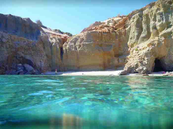 Το υπέροχο Ελληνικό νησί που δημιουργήθηκε από ένα ηφαίστειο. Σπάνιας ομορφιάς με ασυνήθιστα και εντυπωσιακά τοπία