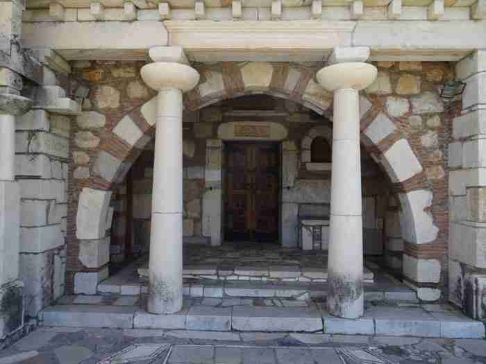 Η πιο παράξενη εκκλησία της Ελλάδας: Κτίσμα βυζαντινό και αρχαιοπρεπές μαζί, που όμοιό του δεν υπάρχει πουθενά