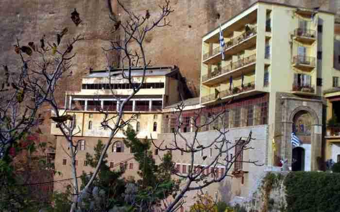 Σκαρφαλωμένη σε υψόμετρο 900 μέτρων η παλαιότερη μονή στην Ελλάδα προκαλεί δέος και καθηλώνει