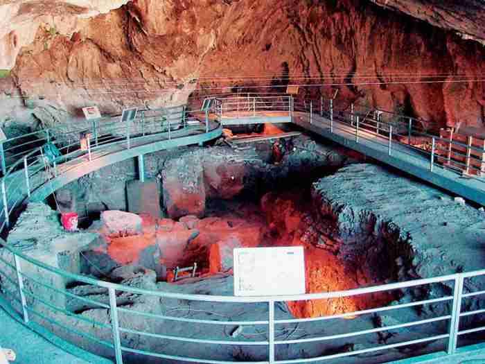 Το σπήλαιο στην Ελλάδα με τις πατημασιές 130.000 ετών! Θεωρείται από τα σπουδαιότερα σπήλαια της Ευρώπης.