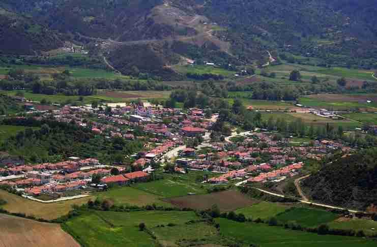 Το άγνωστο χωριό της Ελλάδας με το ποτάμι και τα γεφύρια που μοιάζει σαν να ξεπήδησε από τα παραμύθια!