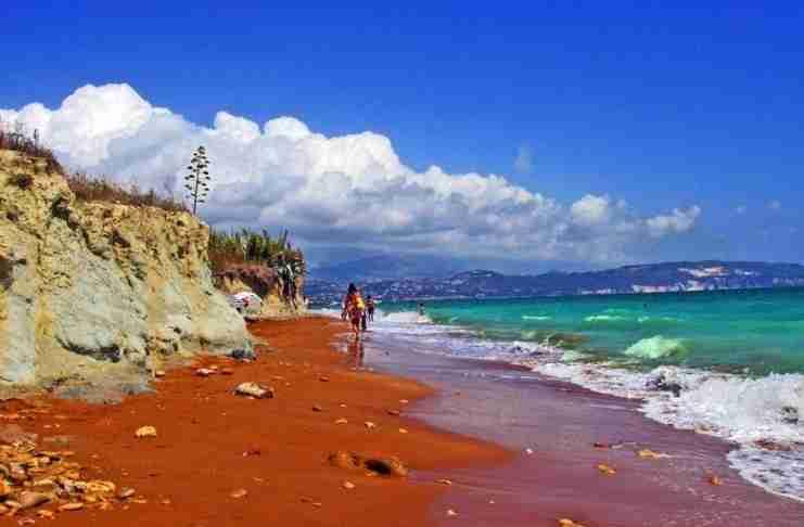 """Που βρίσκεται η """"κόκκινη"""" παραλία της Ελλάδας; Έχει περίεργο όνομα και θεωρείται μία από τις 20 πιο παράξενες παραλίες στον κόσμο!"""