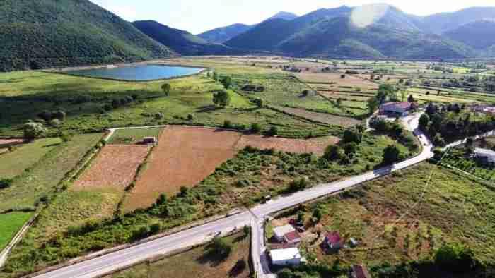 Αυτό είναι ένα από τα ωραιότερα αλπικά τοπία της χώρας μας! Ένα μικρό καταπράσινο χωριουδάκι δίπλα σε μια υπέροχη λίμνη!