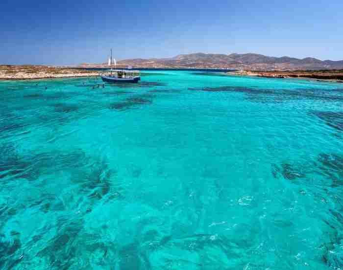 """Το """"Νησί της αιώνιας Κυριακής"""": Το Κυκλαδονήσι των 1200 κατοίκων όπου κρύβεται ένα από τα αρχαιότερα σπήλαια του κόσμου!"""