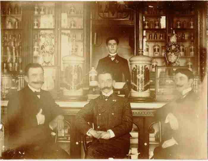 Το πιο ωραίο φαρμακείο της Ελλάδας λειτουργεί από το 1890 και θυμίζει.. έργο τέχνης!