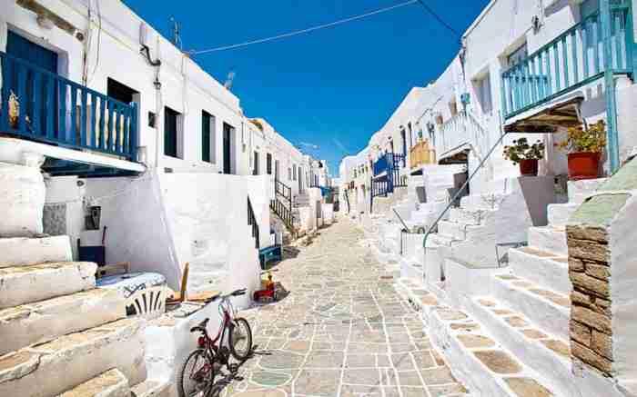 «Επισκεφθείτε το πριν γεμίσει τουρίστες». Η «νέα Σαντορίνη» που έχει τρελάνει Αμερικανούς τουρίστες και δημοσιογράφους