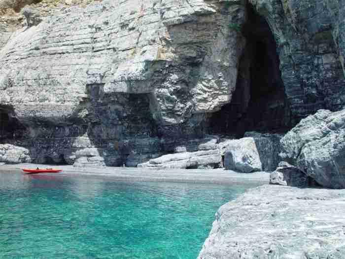 Το άγνωστο νησάκι δίπλα στη Νάξο με το μεγαλύτερο σπήλαιο των Κυκλάδων, τις υπέροχες παραλίες και το βυθισμένο υδροπλάνο του 1940