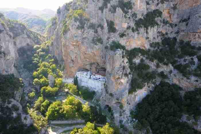 Το πιο εντυπωσιακό μοναστήρι της Ελλάδας είναι χτισμένο στο εσωτερικό μιας σπηλιάς!