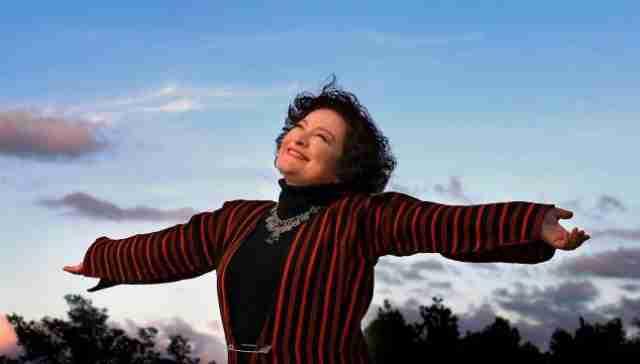 """""""Θέλω ένα τραγούδι που θα έλεγα στην μάνα μου ό,τι δεν πρόλαβα να της πω"""". Και κάπως έτσι η Τάνια Τσανακλίδου τραγούδησε το «Μαμά, γερνάω»"""