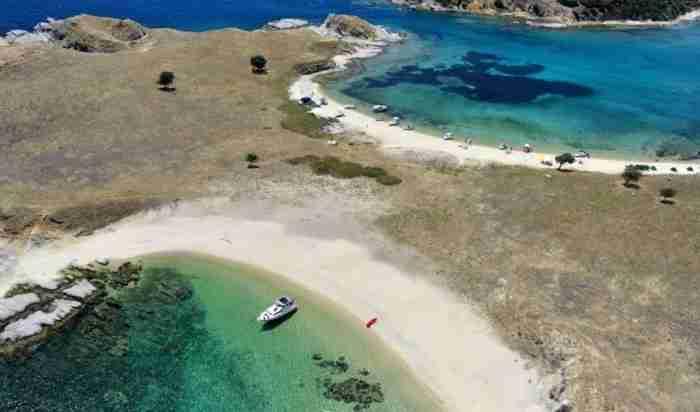 """Η «Μύκονος του Βορρά"""": Το άγνωστο ελληνικό νησάκι με τις εξωτικές παραλίες και τη μοναδική ομορφιά!"""