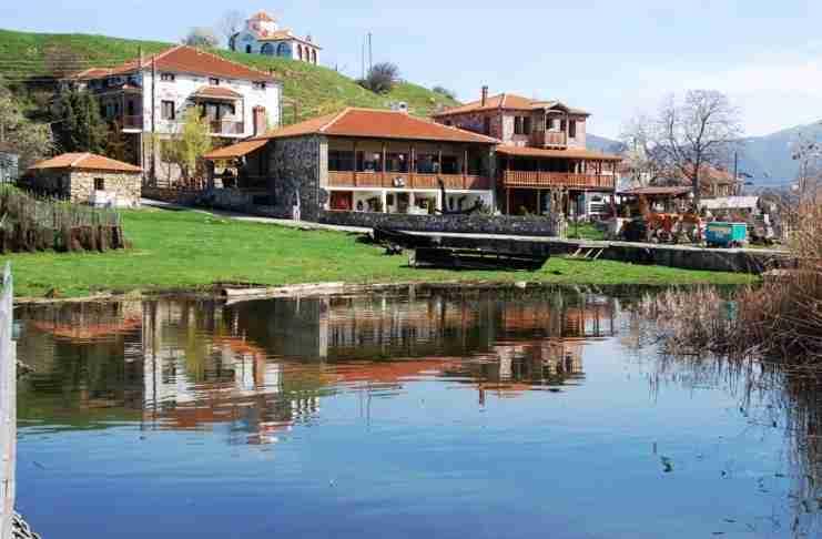 Υπάρχει ένα μαγικό ελληνικό χωριουδάκι σε νησί στο οποίο μπορείς να πας μόνο διασχίζοντας μια πλωτή πεζογέφυρα 650 μέτρων