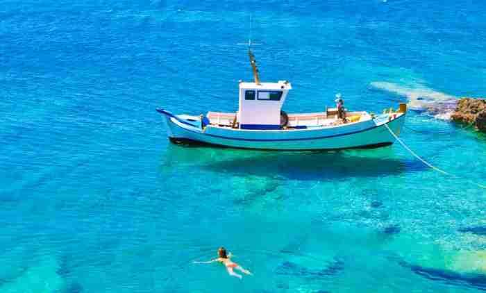 Μια ελληνική παραλία άσπρη σαν το γάλα. Να την πιεις στο ποτήρι!